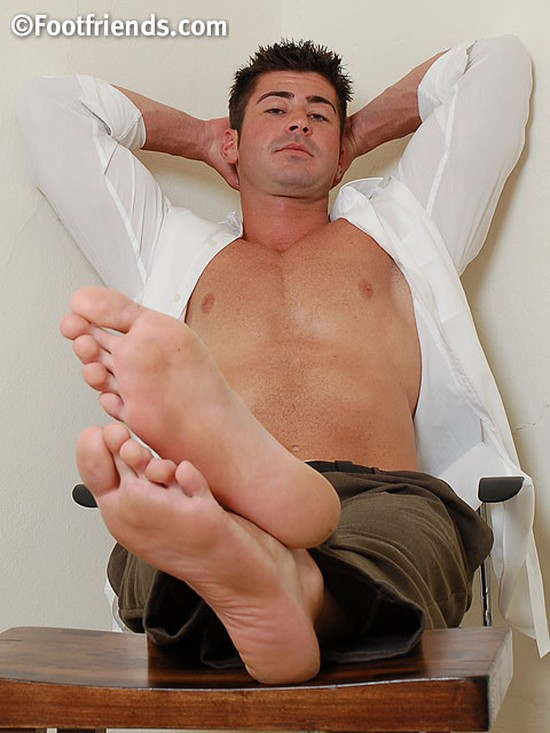 Tall, Muscular & Beefy Lawyer JT Shows Off His Massive 14-Inch Feet